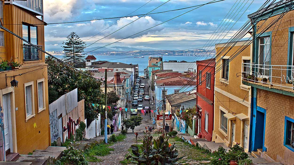 """Valparaíso, la joya del turismo de Chile: esta carismática ciudad es Patrimonio de la Humanidad de la UNESCO desde 2003, gracias a su peculiar urbanismo y la arquitectura de sus coloridas casas.<br /> By Naslo.veliz [<a href=""""https://creativecommons.org/licenses/by-sa/3.0"""">CC BY-SA 3.0</a>], <a href=""""https://commons.wikimedia.org/wiki/File:Color_Templeman.jpg"""">from Wikimedia Commons</a>"""