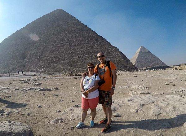 """Testimonio del viaje a Egipto de Fran y Tina: """"Recomendamos viajar a Egipto. Es maravilloso, seguro y cuando estas cerca de las imponentes Pirámides, te sientes como un trozo de piedra más en el desierto a la sombra de ellas."""""""