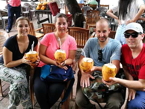 Valoración de viaje a Sri Lanka y Maldivas de Mari, Elena, Diego y José Carlos - bebiendo zumo del coco rey (king coconut - cocos nucifera) es una variedad de coco, nativa de Sri Lanka, donde se la conoce como Thembili