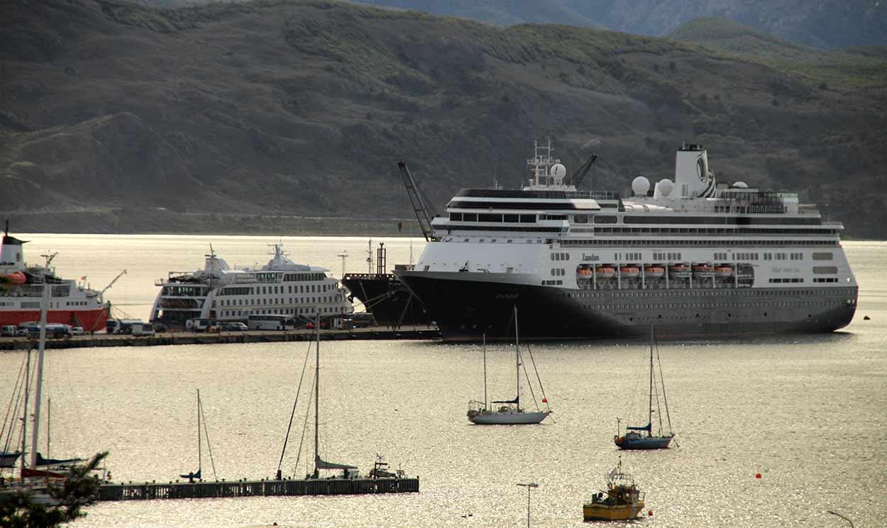 Valoración de viaje a Argentina y Chile de Ricardo y amigos: Crucero Australis (a mano izquierda del barco grande)