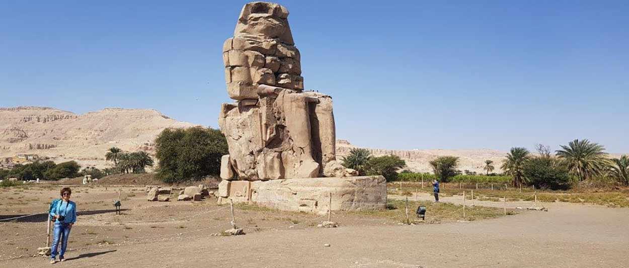 Valoración de Viaje a Egipto de Carmen y Ángel: frente al coloso de Memnón