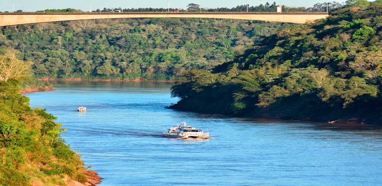 Catamarán por el río Paraná - visitar las cataratas de Iguazú