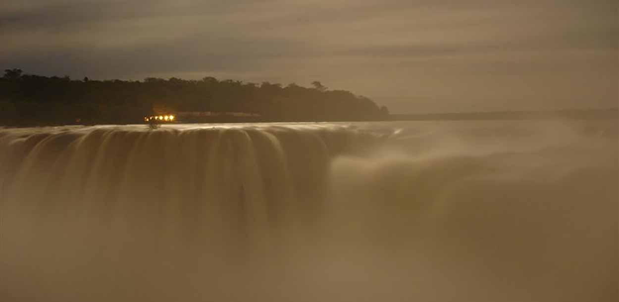 Medianoche en Garganta del Diablo - visitar las cataratas de Iguazú: qué ver y hacer, la guía completa
