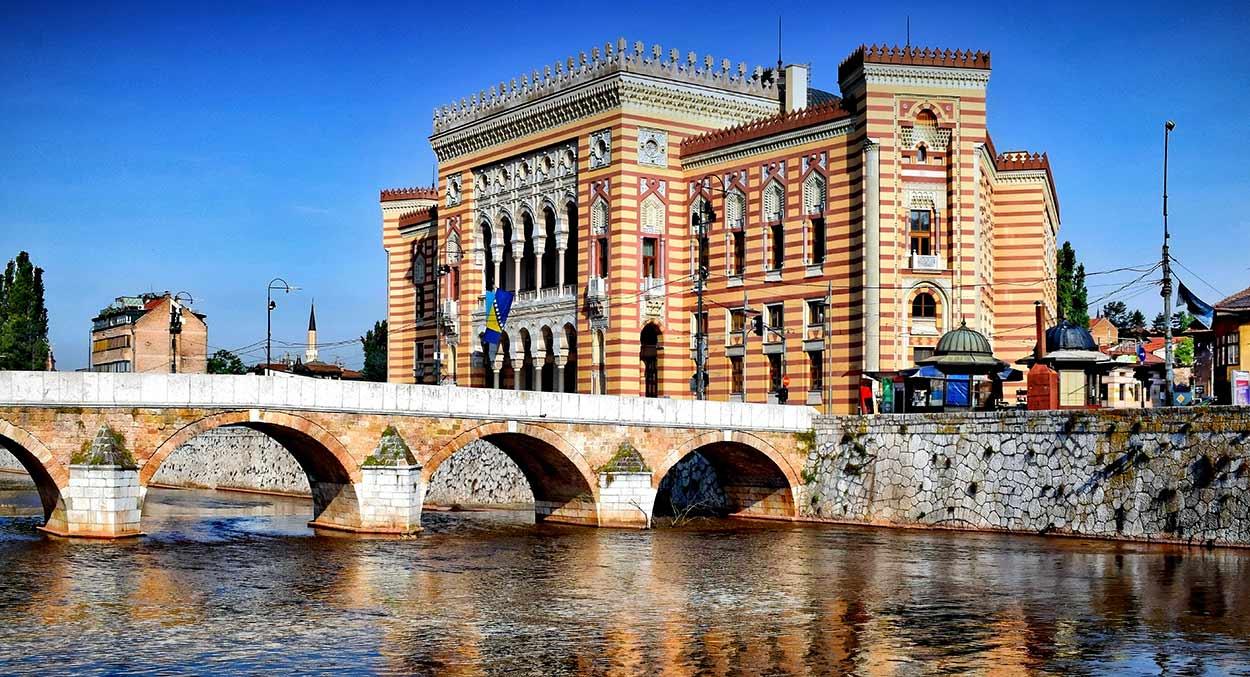 El edificio de la municipalidad de Sarajevo (Vijećnica) - ESLOVENIA, CROACIA Y BOSNIA EXPRESS