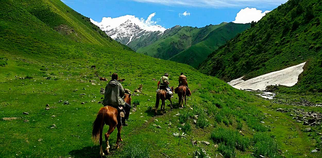 montar en caballo - 14 Razones para viajar a Kirguistán, el país de las montañas celestiales