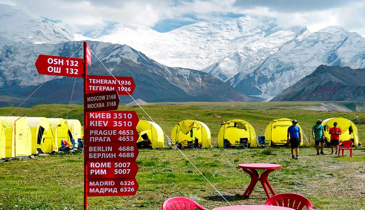 Campo base al pie del célebre pico Lenin, que se eleva a más de siete mil metros de altura - 14 Razones para viajar a Kirguistán, el país de las montañas celestiales
