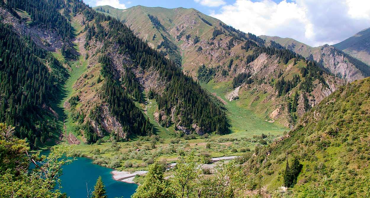 lago de alta montaña - 14 Razones para viajar a Kirguistán, el país de las montañas celestiales
