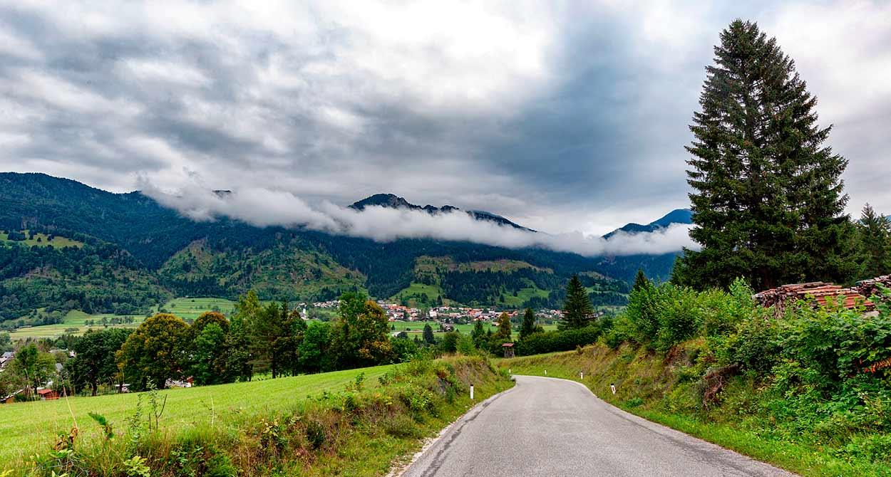 Las carreteras eslovenas te llevan en menos de un día de montañas altas a la costa del Adriático - 14 Razones para viajar a Eslovenia - Nature Landscape Outdoors Trees Outdoor - Image by greissdesign from Pixabay