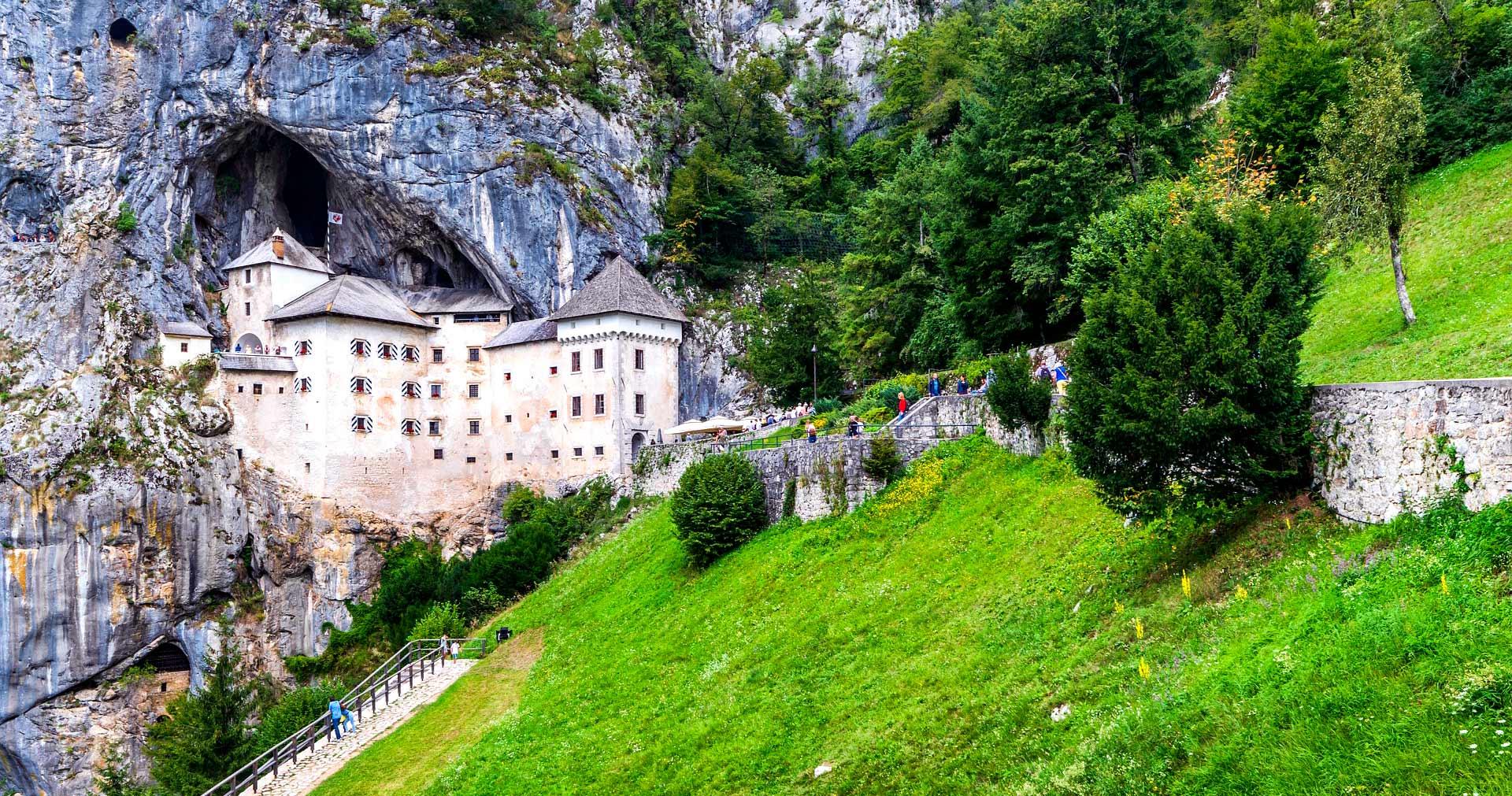 Predjama - un castillo medieval que cuelga de un precipicio en la entrada de una profunda cueva - Image by noz urbina from Pixabay