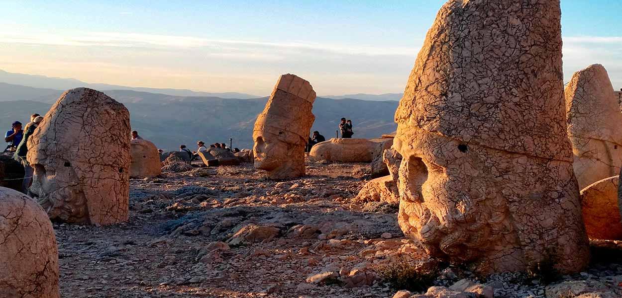 Las cabezas de las colosales estatuas del mausoleo del rey Antioco I - Turquía turismo